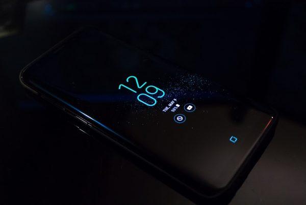 A mobiltelefonunk valójában egy kifejlett besúgó